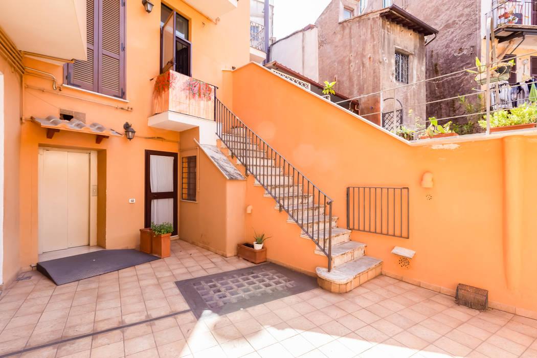Relooking appartamento in Ghetto Ebraico a Roma: Case in stile  di Creattiva Home ReDesigner  - Consulente d'immagine immobiliare