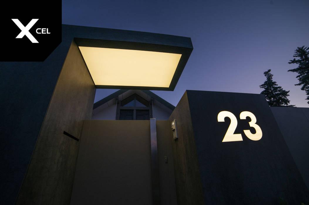 Wejście na posesje osłonięte daszkiem : styl , w kategorii Podwórko zaprojektowany przez Xcel,