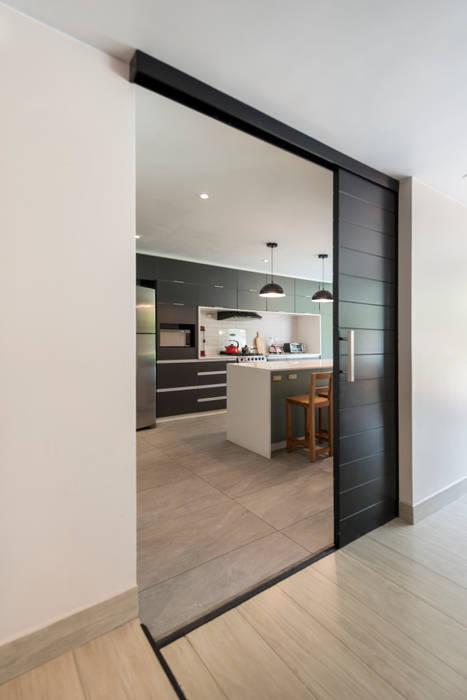 División cocina - Sala: Puertas corredizas de estilo  por ROMO ARQUITECTOS, Moderno Contrachapado