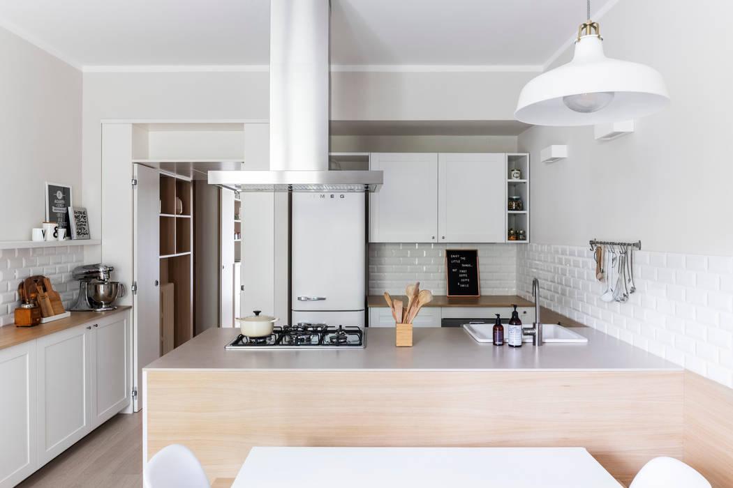 L\'ampia cucina, prevede a contatto con l\'isola, una panca in ...