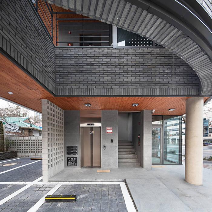 Garajes y galpones de estilo moderno de 바이제로 Moderno