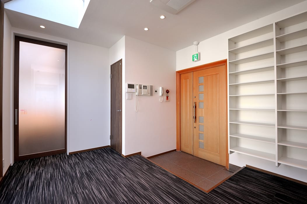 Asian corridor, hallway & stairs by 東京デザインパーティー|照明デザイン 特注照明器具 Asian