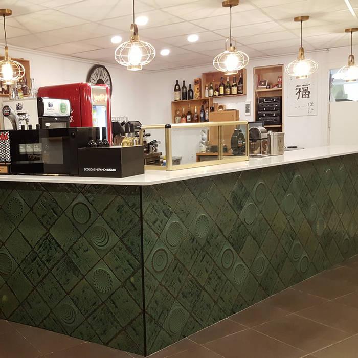 Barra: Locales gastronómicos de estilo  de Miigloo,