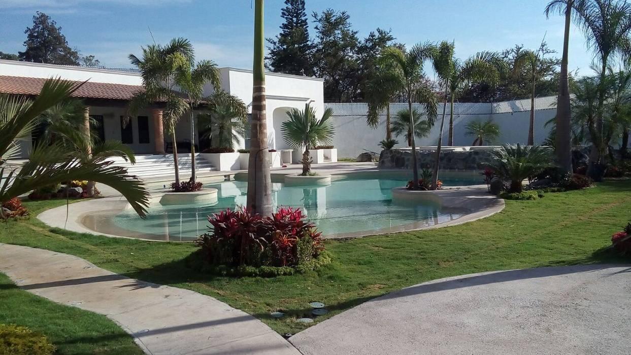 Casa Oasis de SEBASTIAN ARQUITECTO Tropical Arenisca