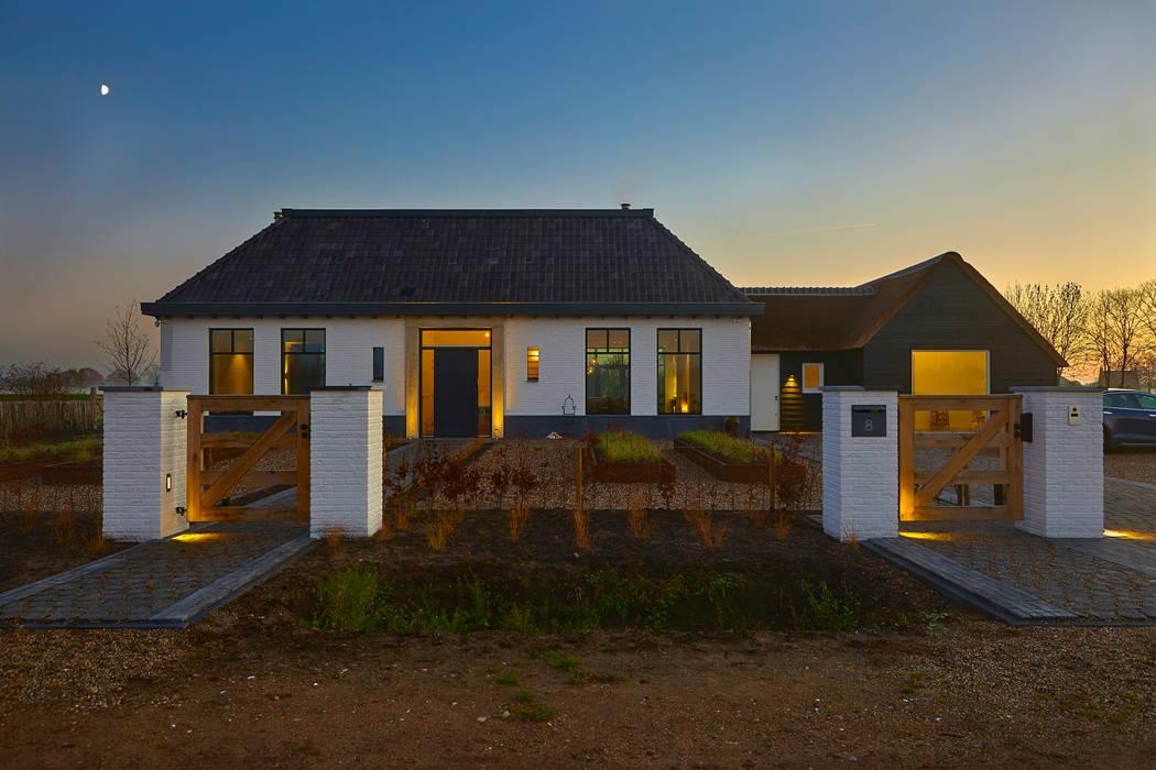 klassieke villa in het buitengebied:  Villa door Vermeer Architecten b.v.