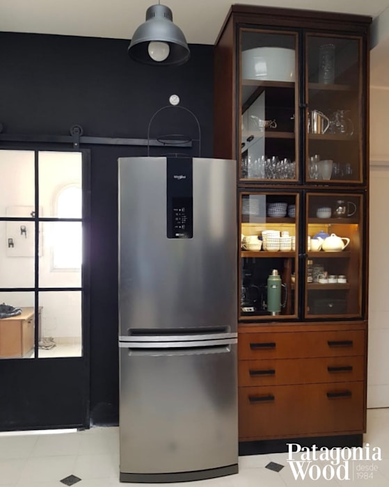 MUEBLE CAFETERIA COMBINADO CON PUERTAS DE HIERRO VIDRIADO: Cocinas a medida  de estilo  por Patagonia wood