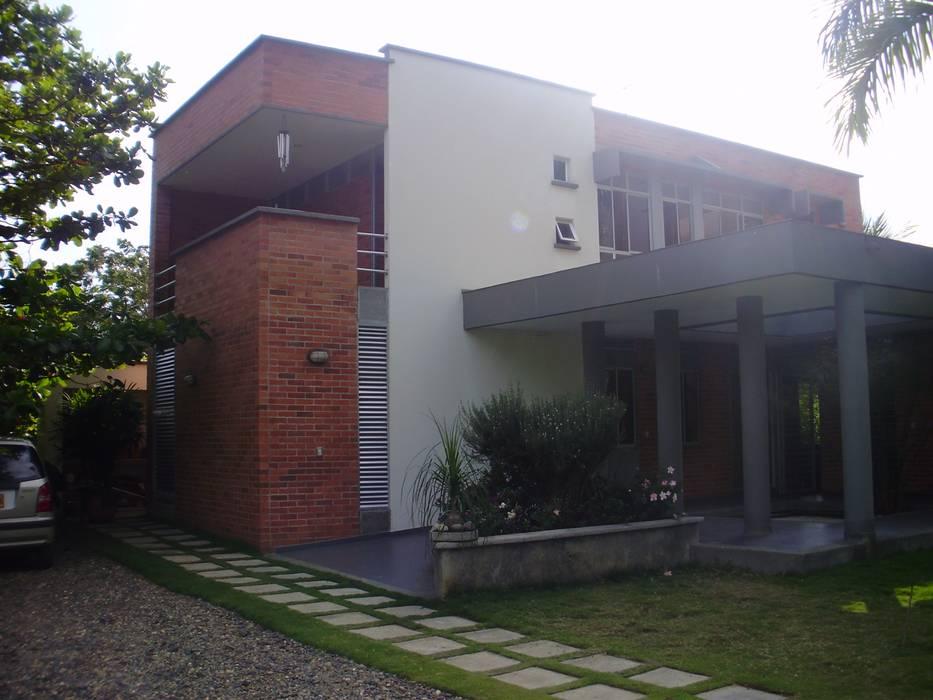 Detached home by DESIGNIO Arquitectura + Objetos, Tropical اینٹوں