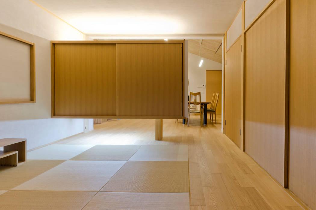 大きな船底天井のある家(布団収納): 一級建築士事務所 感共ラボの森が手掛けた寝室です。,和風