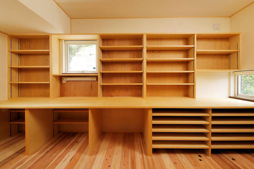 Studeerkamer/kantoor door 一級建築士事務所 感共ラボの森, Aziatisch Hout Hout