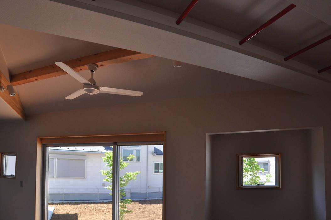 室内と庭空間 敷地を一体化する三角形プラン オリジナルデザインの リビング の (株)独楽蔵 KOMAGURA オリジナル
