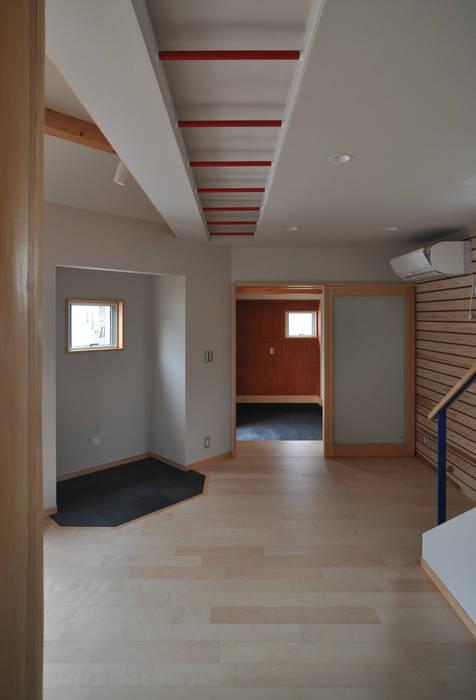 室内と庭空間 敷地を一体化する三角形プラン (株)独楽蔵 KOMAGURA オリジナルデザインの リビング