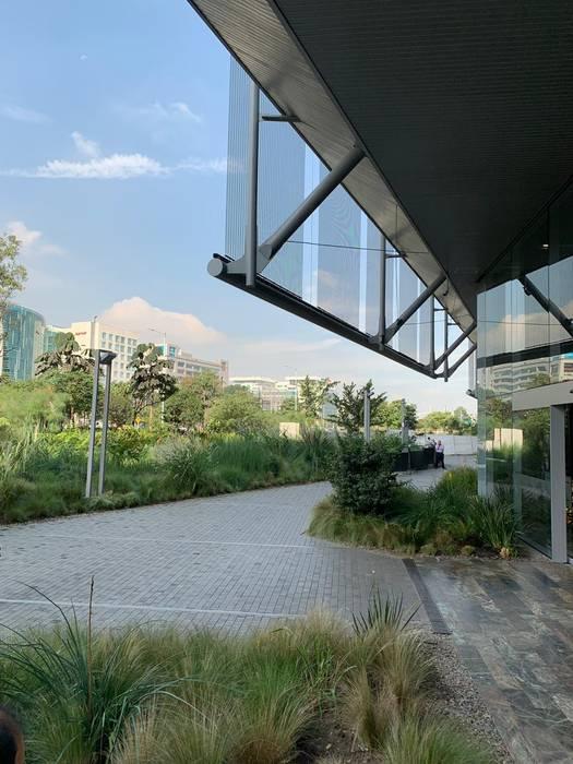 Humedales del Edificio Elemento: Jardines frontales de estilo  por Helecho SAS,