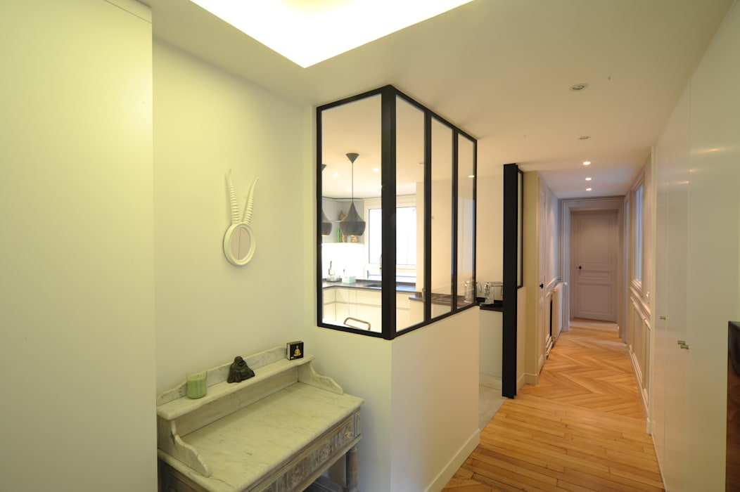 Hall d'entrée et vue sur la cuisine Couloir, entrée, escaliers modernes par Créateurs d'Interieur Moderne