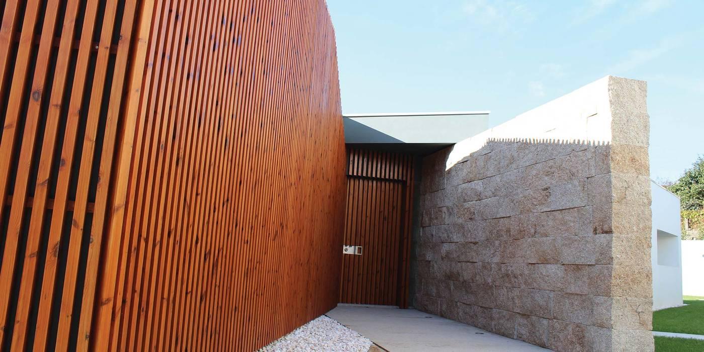 Entrada Principal: Casas  por OBRA ATELIER - Arquitetura & Interiores,