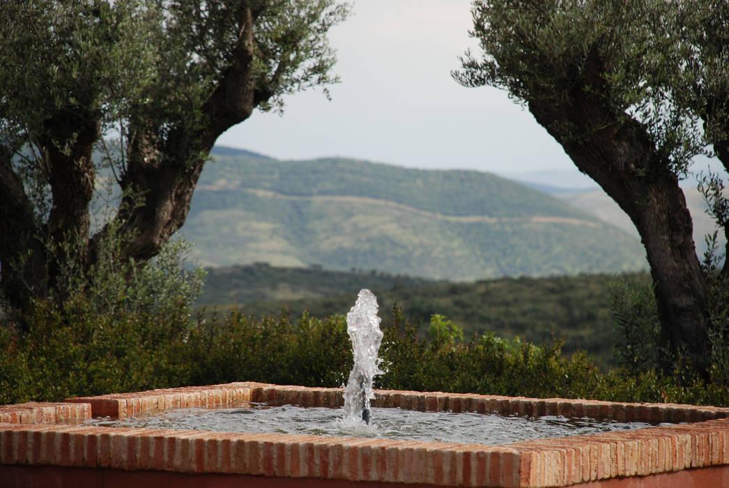 Fuente en el patio : Jardines delanteros de estilo  de Otto Medem Arquitecto vanguardista en Madrid