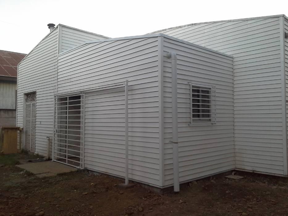 """Ampliacion y construccion bodega en Cesfam """"Las Quilas"""", Temuco: Casas unifamiliares de estilo  por CEC Espinoza y Canales LTDA"""