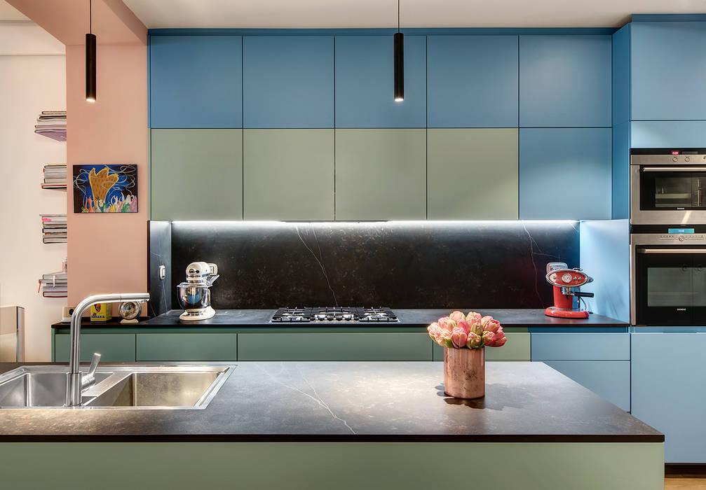 Cuisine contemporaine dessinée sur mesure et laquée avec les Couleurs Le Corbusier: Cuisine intégrée de style  par Alessandra Pisi / Pisi Design Architectes,