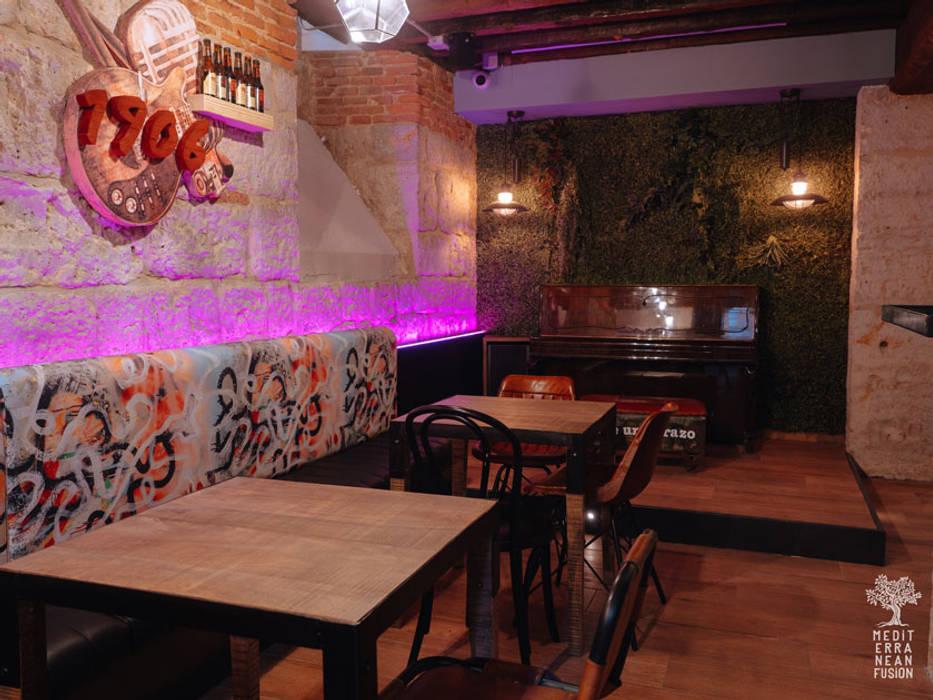 Bar & Klub  oleh MEDITERRANEAN FUSION S.L., Eklektik Batu