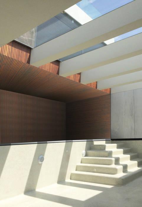 Piscina interior com luz natural: Piscinas infinitas  por MCSARQ