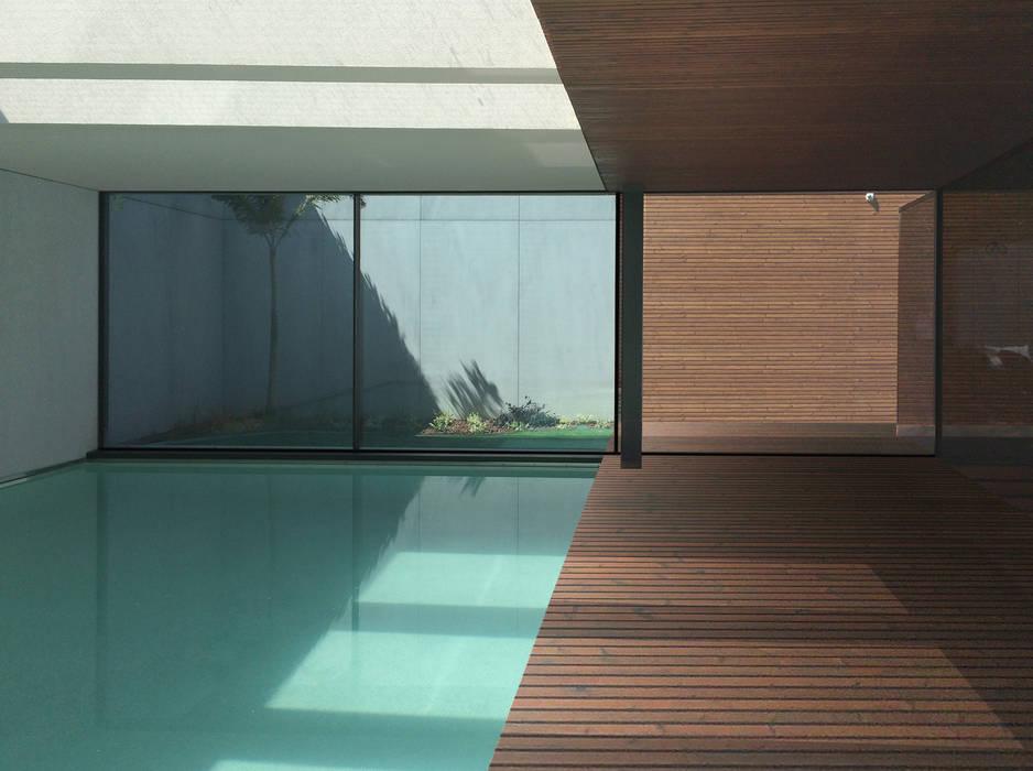 Piscina interior acesso exterior: Piscinas de jardim  por MCSARQ