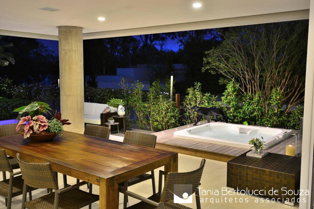 Balcón de estilo  por Tania Bertolucci  de Souza  |  Arquitetos Associados, Moderno