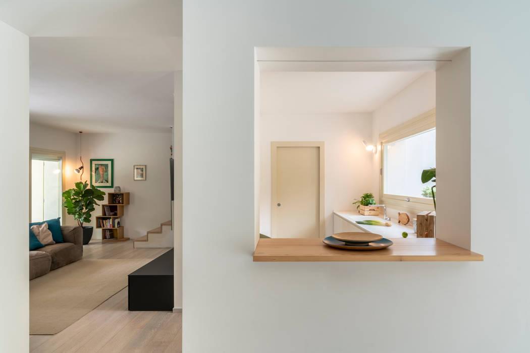 Vista cucina da zona pranzo di CÙ DESIGN Moderno