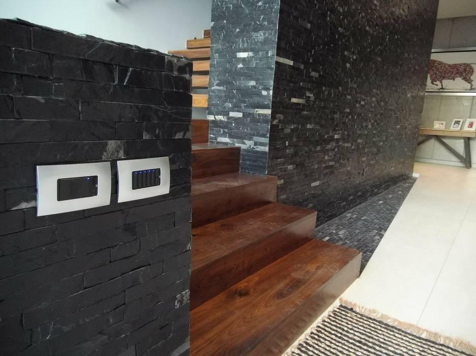Casa Encinos: Escaleras de estilo  por Tucasainteligente.net, Moderno