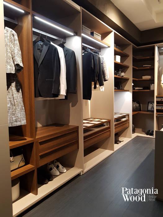 VESTIDOR EN MADERA MACIZA EN NORDELTA: Dormitorios de estilo  por Patagonia wood,