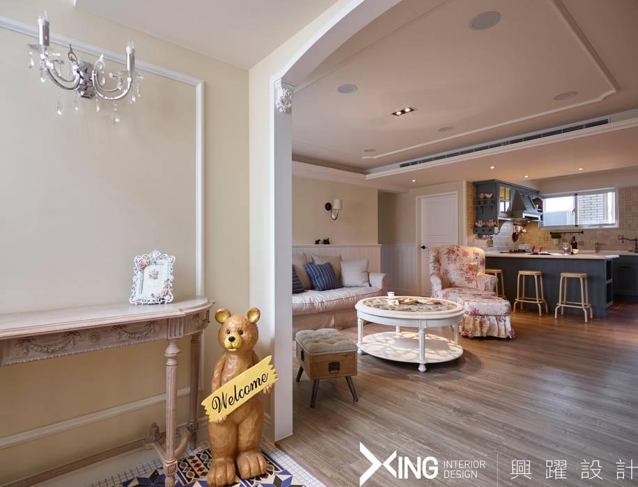 Pasillos y hall de entrada de estilo  por 興躍設計, Rural