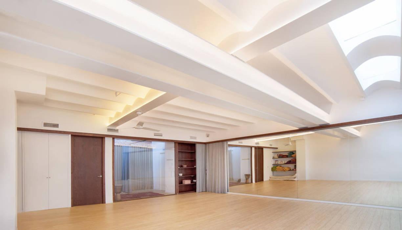 Reforma interior de un local para yoga en Barcelona Salones de eventos de estilo mediterráneo de LaBoqueria Taller d'Arquitectura i Disseny Industrial Mediterráneo Madera Acabado en madera