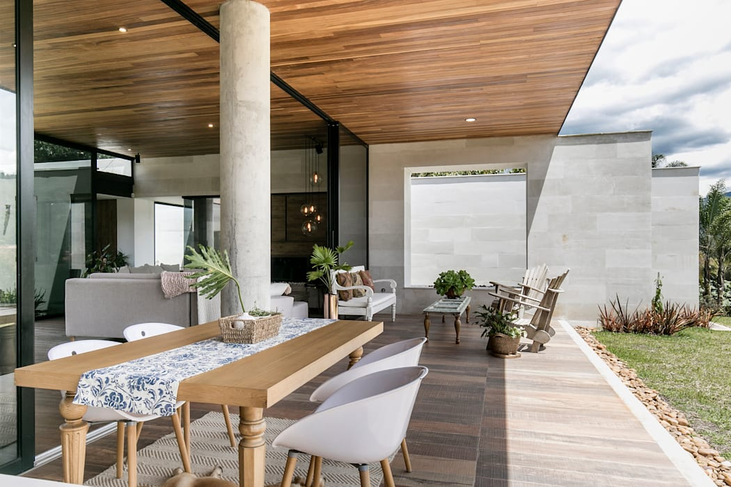 CASA ENTREMUROS Balcones y terrazas de estilo moderno de BASSICO ARQUITECTOS Moderno Madera Acabado en madera