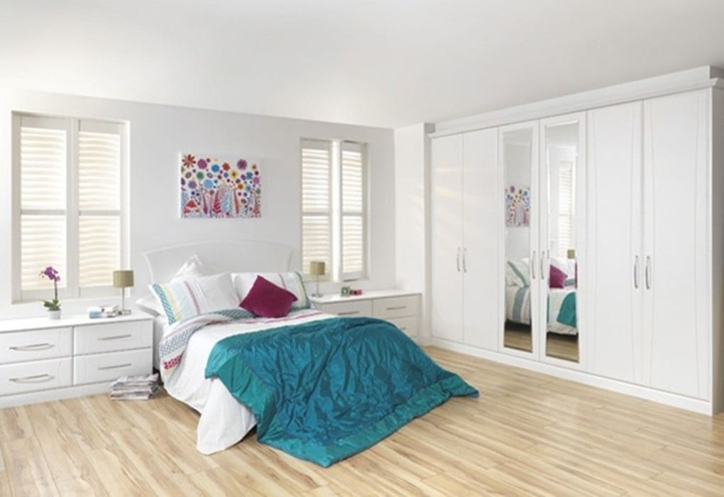 White Gloss Fitted Bedroom Furniture London: modern  by Metro Wardrobes London, Modern