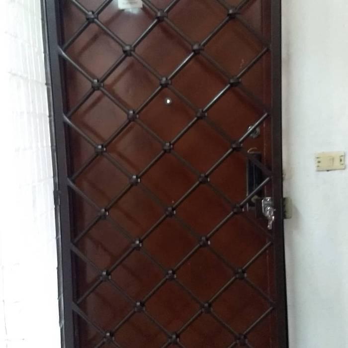 Protección en herrería color chocolate: Puertas principales de estilo  por PUERTAS Y DOMOS AUTOMÁTICOS JAIMES,