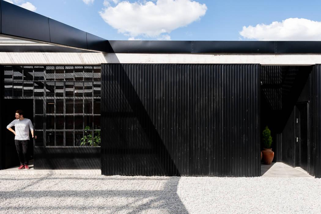 uVe San Agustín: Casas multifamiliares de estilo  por Además Arquitectura,Moderno Metal