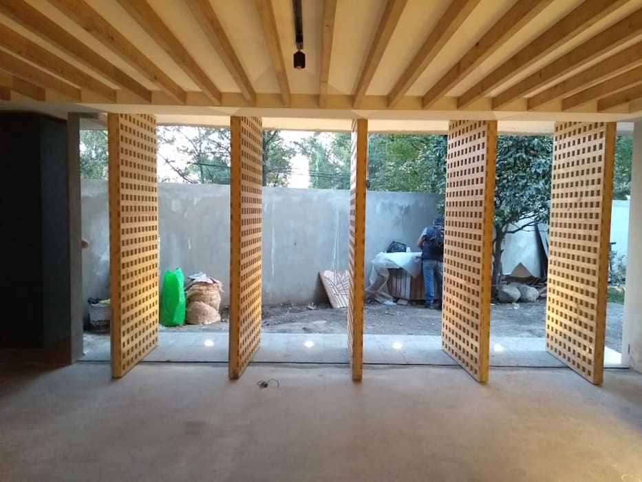 PUERTAS GIRATORIAS DE MADERA MACIZA CUADRICULADA CON CRISTAL AL CENTRO: Puertas de madera de estilo  por AMID, Moderno Madera maciza Multicolor