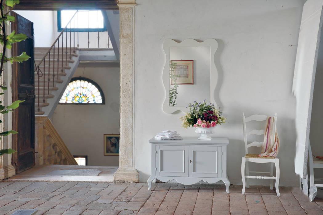 Angolo con panca, specchiera e sedia shabby chic: Bagno in stile  di Idea Stile,