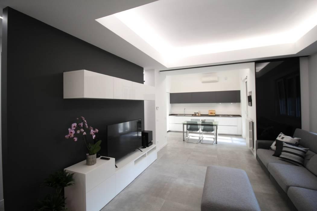 Cucina e soggiorno fuse con la porta aperta: Soggiorno in stile  di Giuseppe Rappa & Angelo M. Castiglione