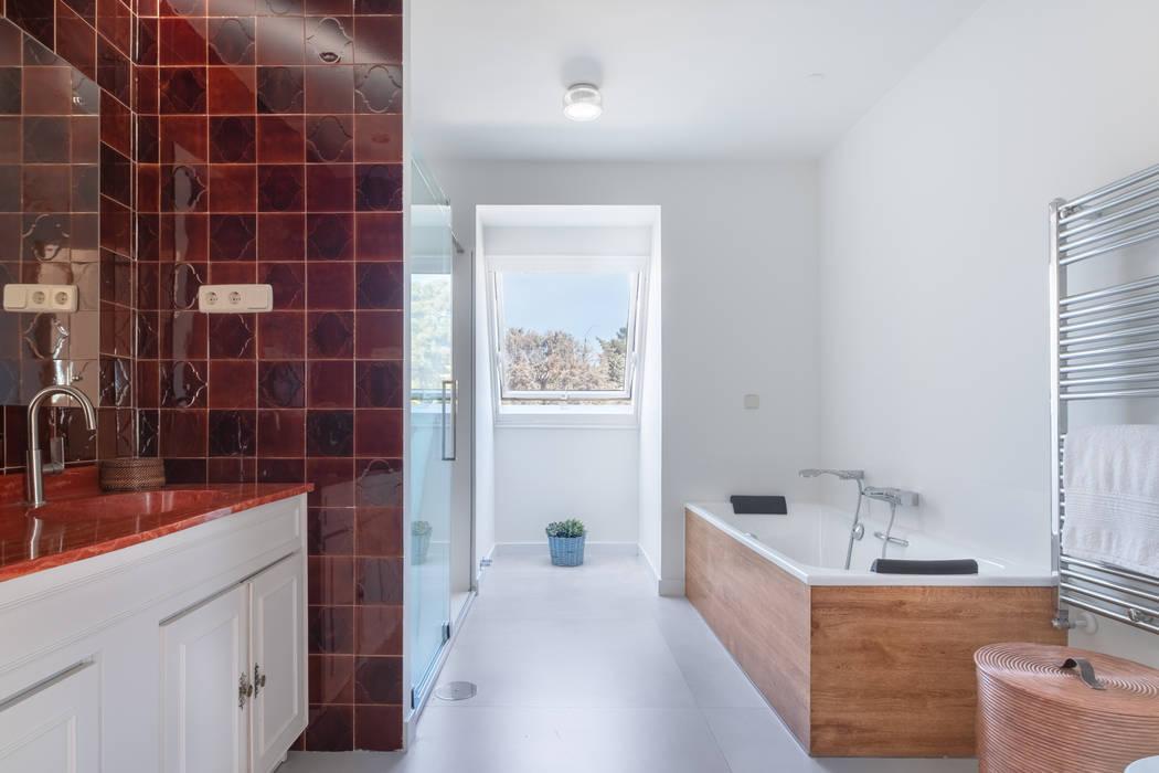 Baño del dormitorio principal: Baños de estilo  de Arquigestiona Reformas S.L.,