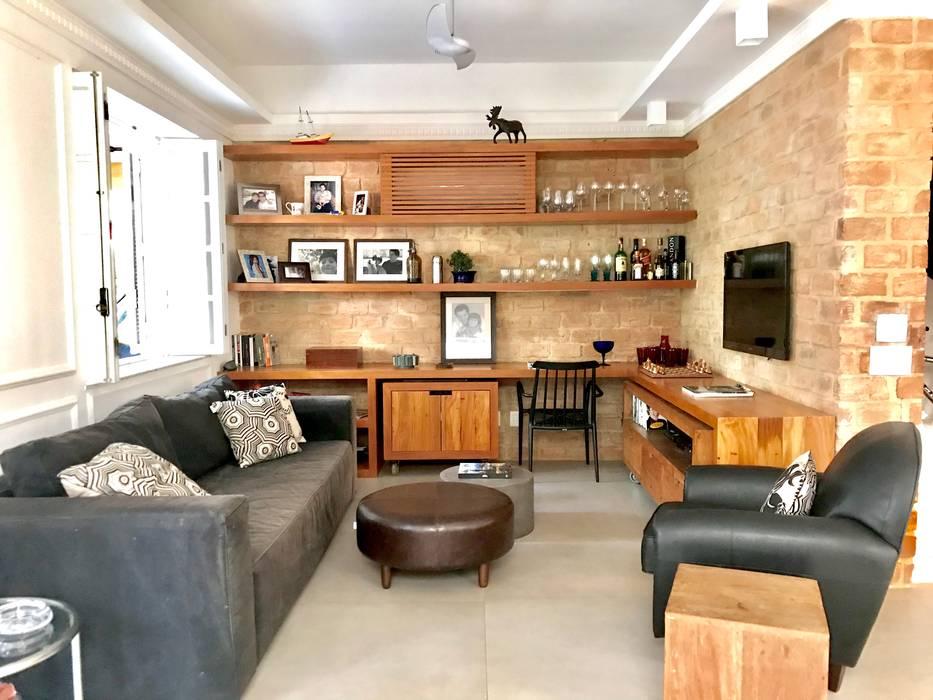 HOME THEATRE Salas de estar rústicas por Maria Claudia Faro Rústico Madeira Efeito de madeira