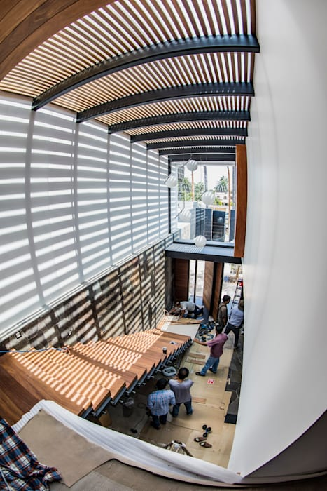 Escalera Principal: Escaleras de estilo  por DOF Arquitectos, Moderno Madera Acabado en madera