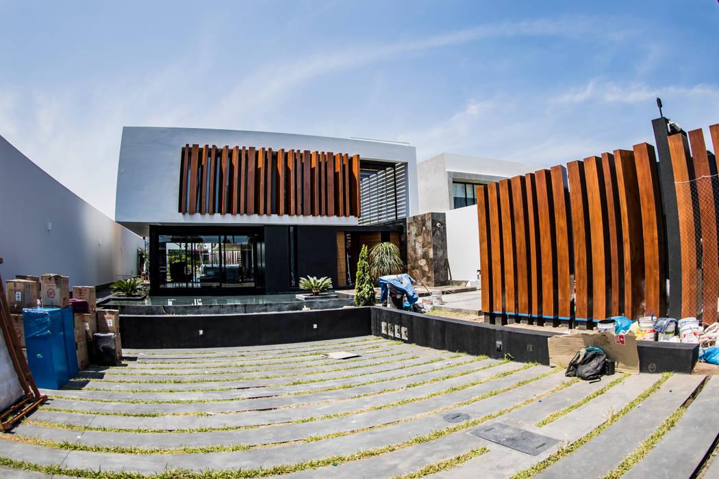Fachada frontal de DOF Arquitectos Moderno Madera Acabado en madera