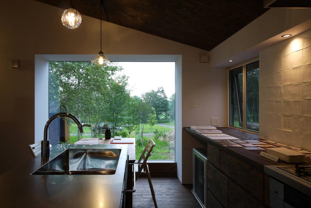 ハウス イン メムロ: エム・アンド・オーが手掛けたキッチンです。,