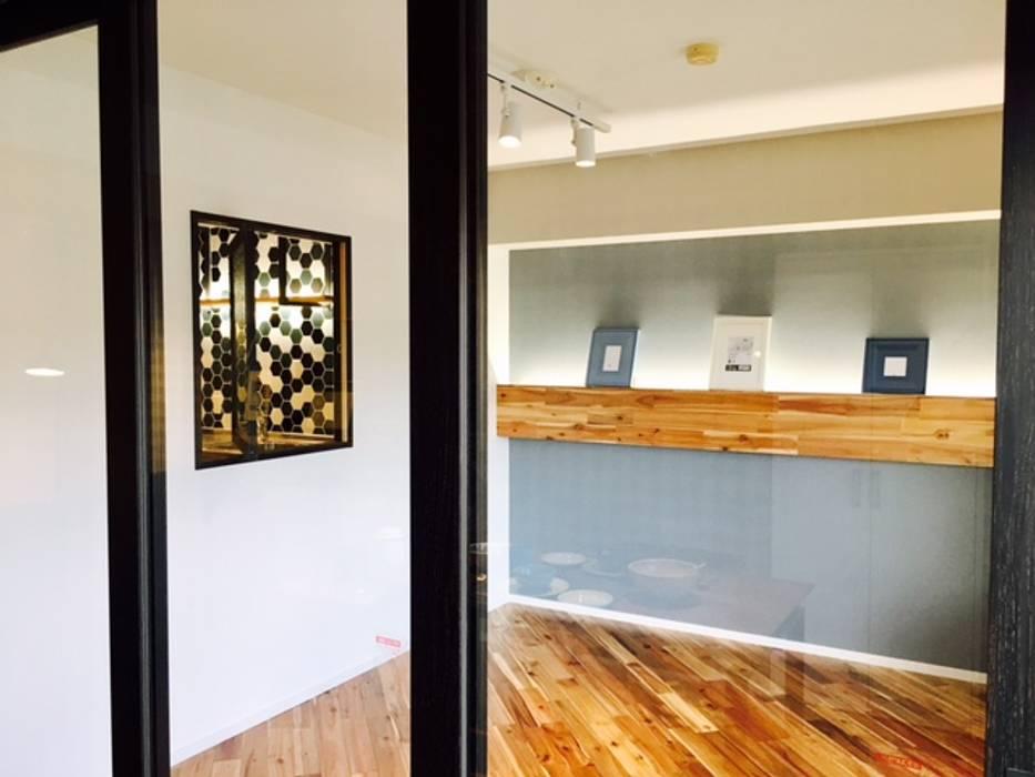 カフェのある暮らし: 株式会社KIMURA  bi-Artが手掛けた寝室です。,インダストリアル