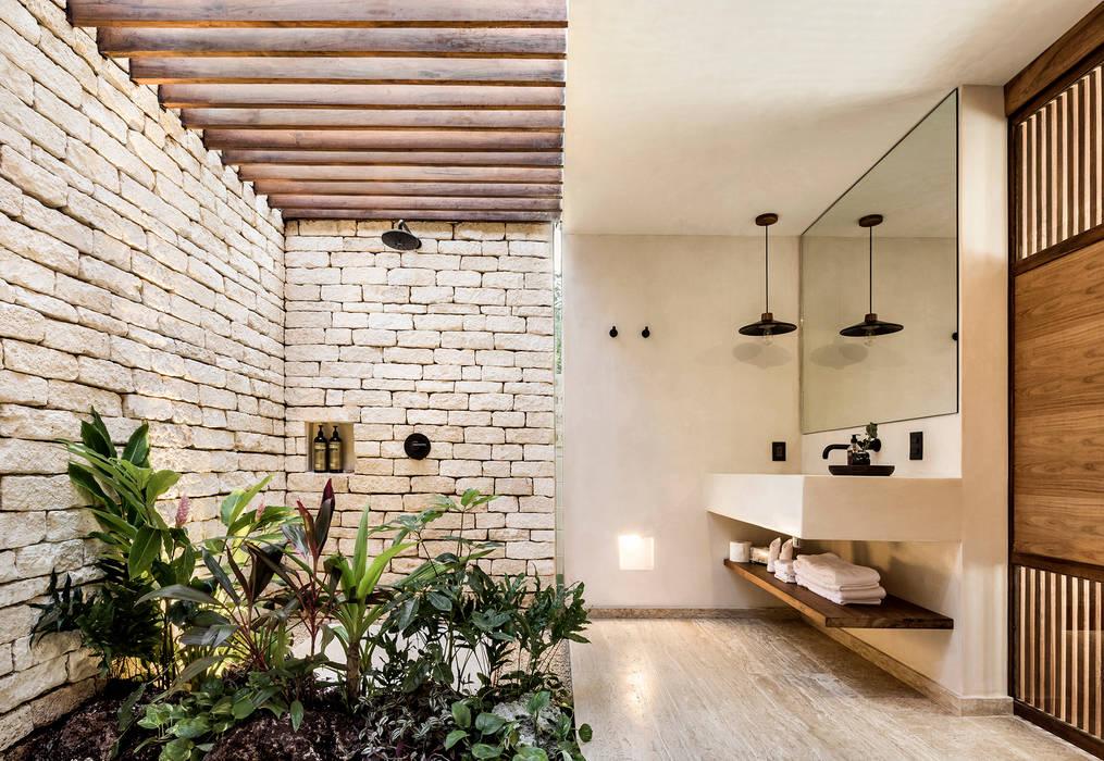 Jungle Keva: Baños de estilo  por JAQUESTUDIO, Tropical