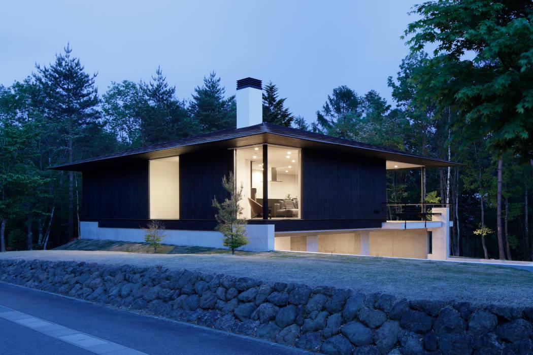 外観夕景 の atelier137 ARCHITECTURAL DESIGN OFFICE モダン 木 木目調