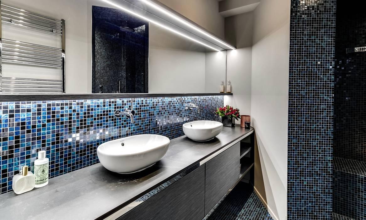 Une salle de bains en mosaïque bisazza, avec une douche à l ...