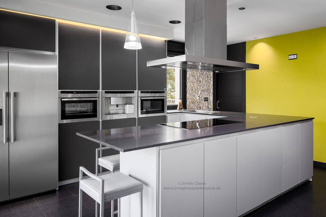 Una cocina minimalista y muy técnica. de arQmonia estudio, Arquitectos de interior, Asturias Moderno