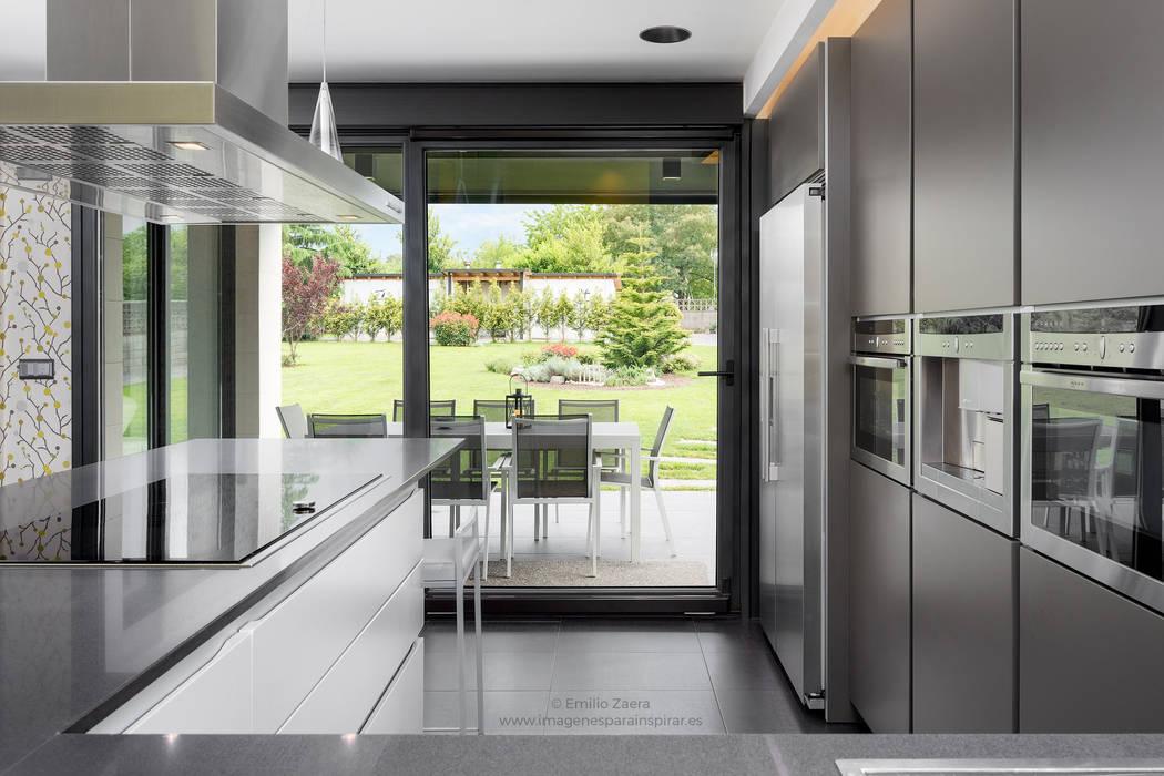 Cocina con paisaje. de arQmonia estudio, Arquitectos de interior, Asturias Moderno