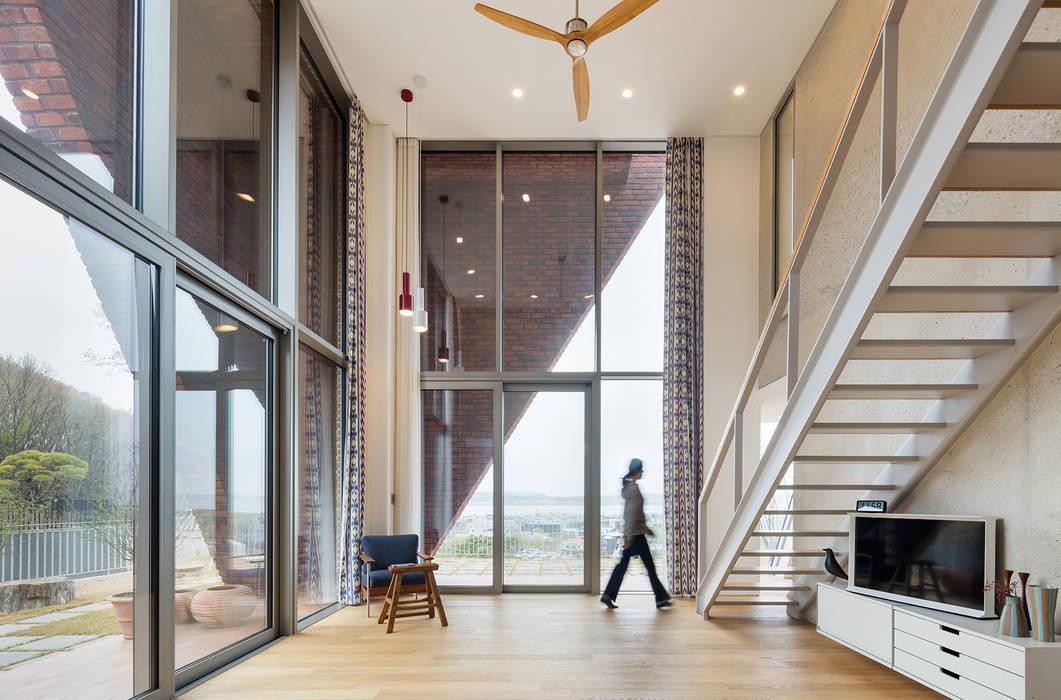 现代客厅設計點子、靈感 & 圖片 根據 큐제이아키텍쳐 QJARCHITECTURE 現代風 水泥
