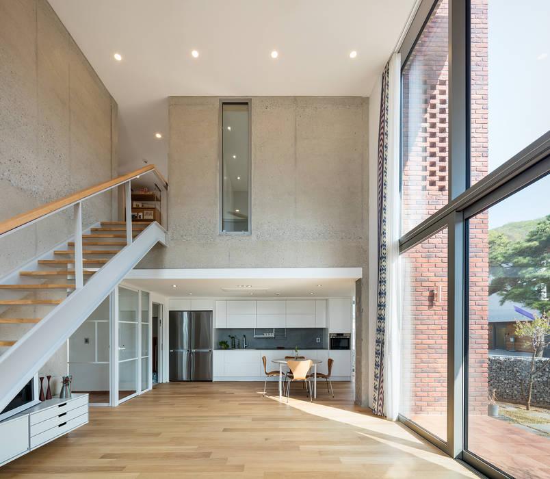 거실과 이어지는 주방: 큐제이아키텍쳐 QJARCHITECTURE의  거실,모던 콘크리트